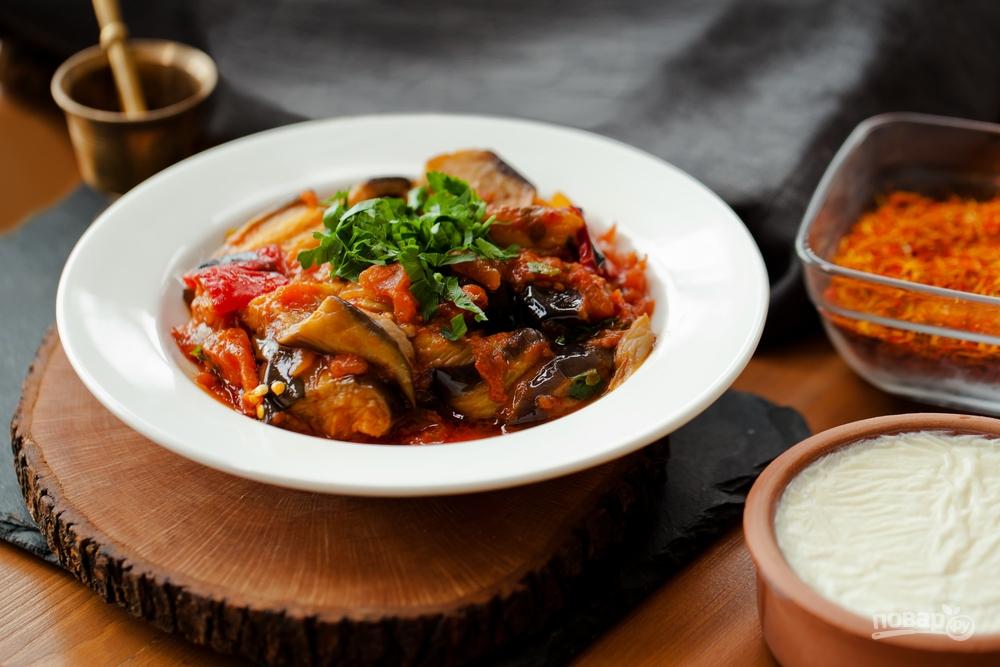 Вегетарианское овощное рагу из баклажана, перца, моркови