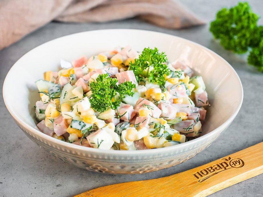 Салат с яйцами, ветчиной и кукурузой