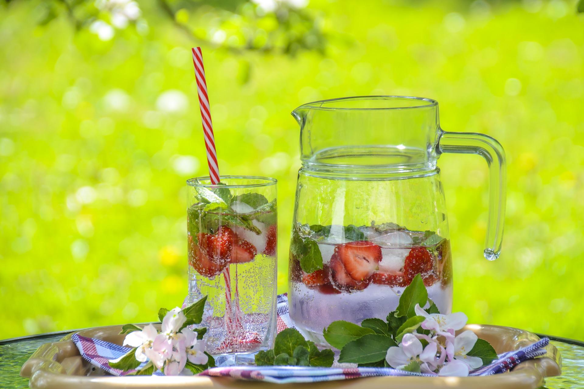 Газированная вода с мятой и клубникой