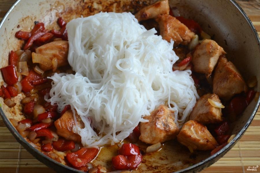 Рисовая лапша с курицей