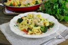 Паста с курицей и овощами