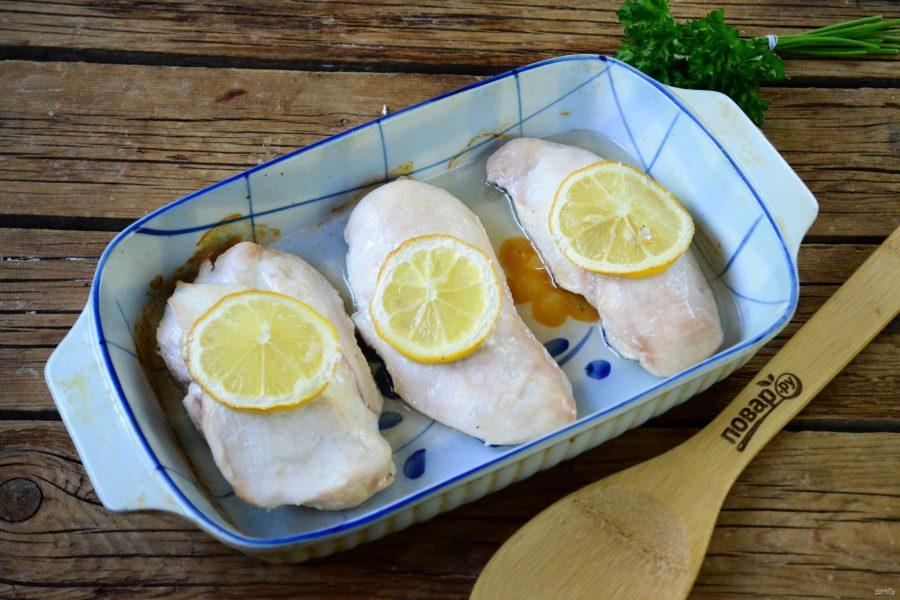 Курица с лимоном под грибным соусом