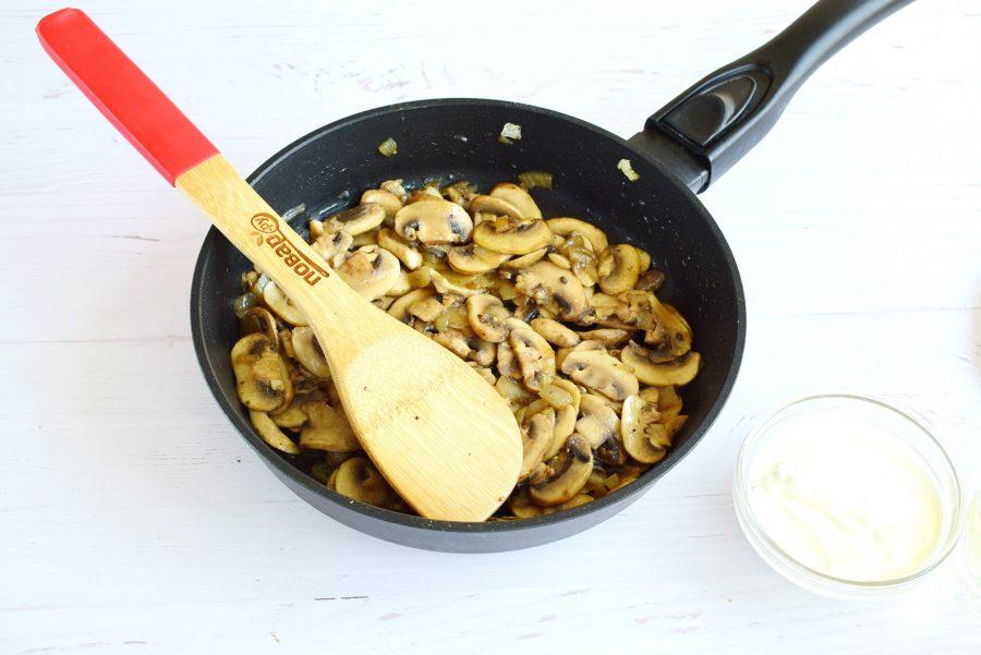 Тефтели в грибном соусе под сыром