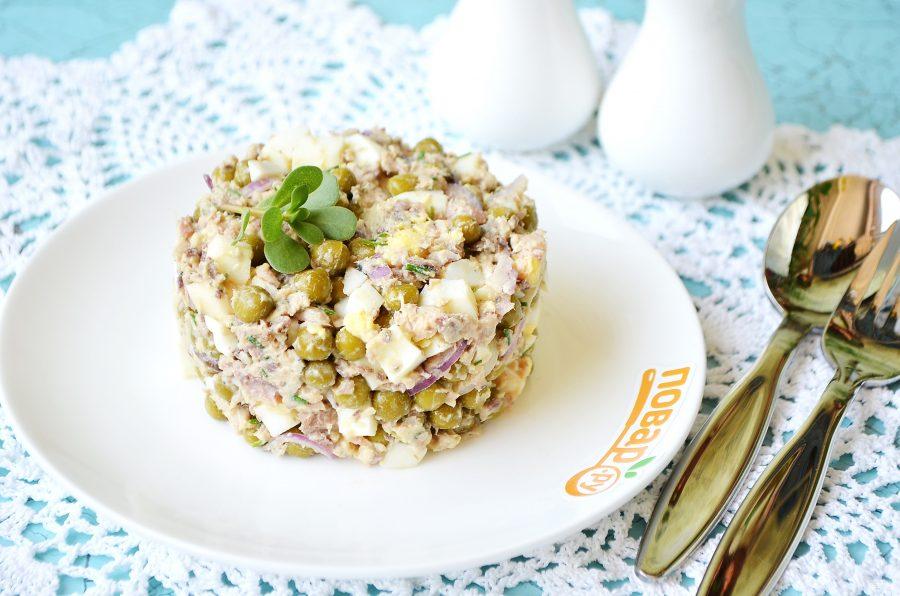 Салат из консервированной рыбы и горошка