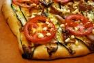 Пицца с помидорами и баклажанами