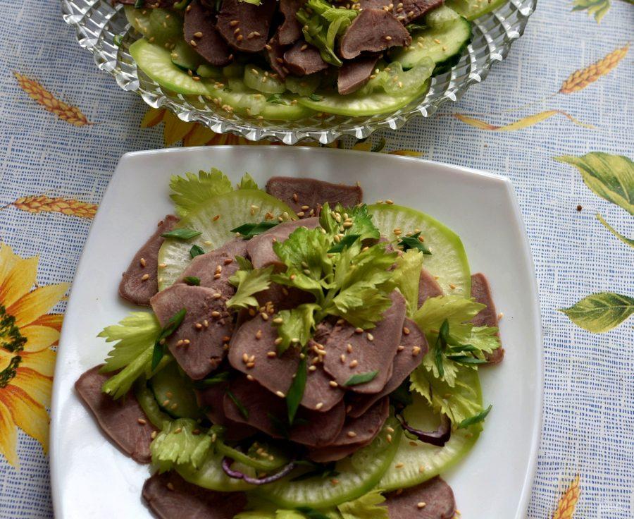 Салат из языка с овощами и острой заправкой