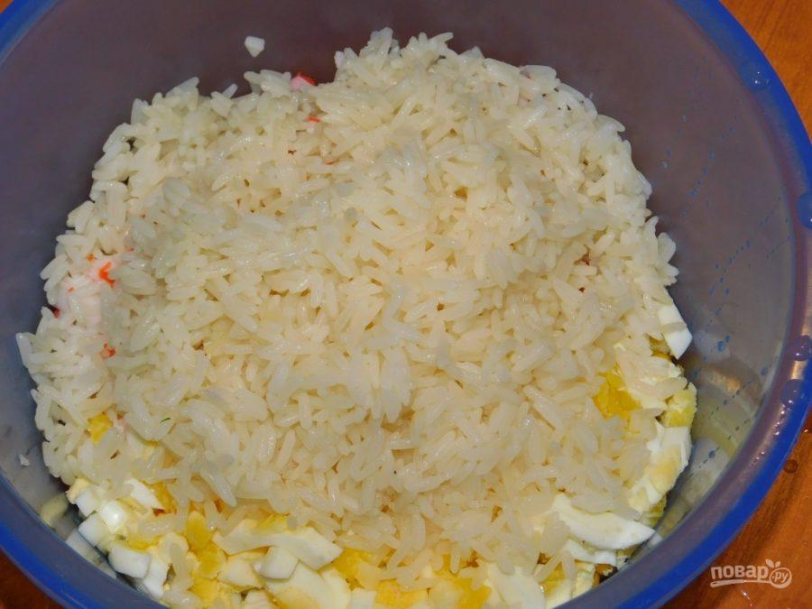 Рисовый салат с кукурузой и яблоком