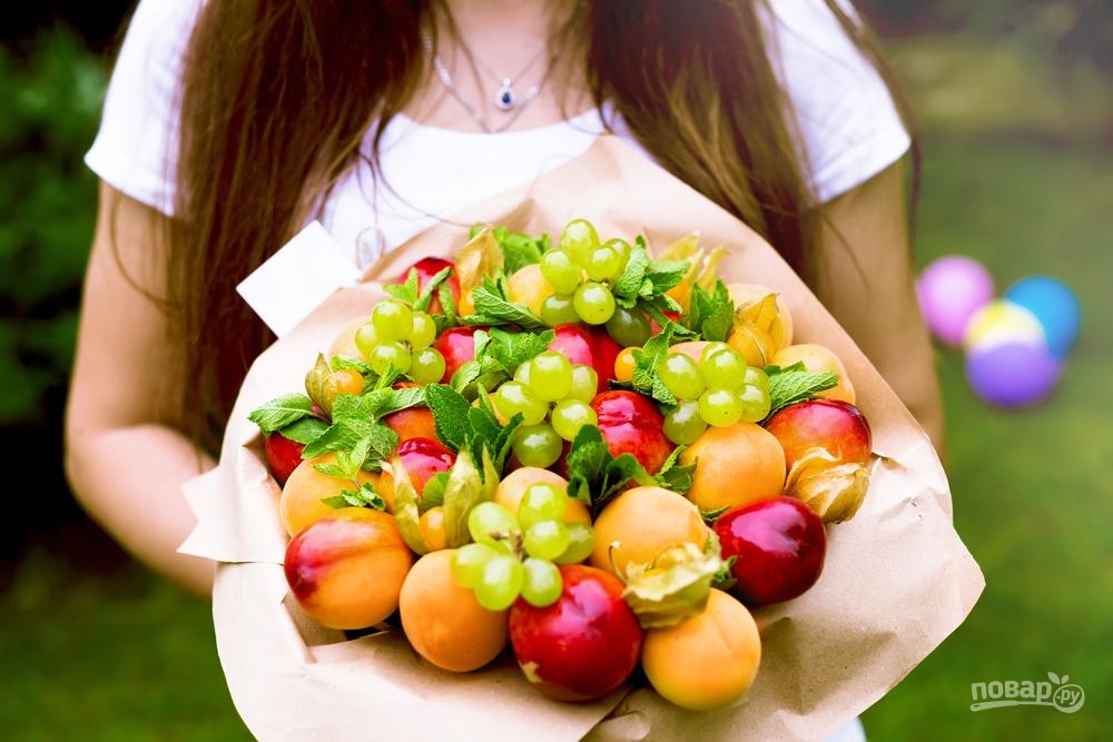 Съедобный букет из винограда и персиков
