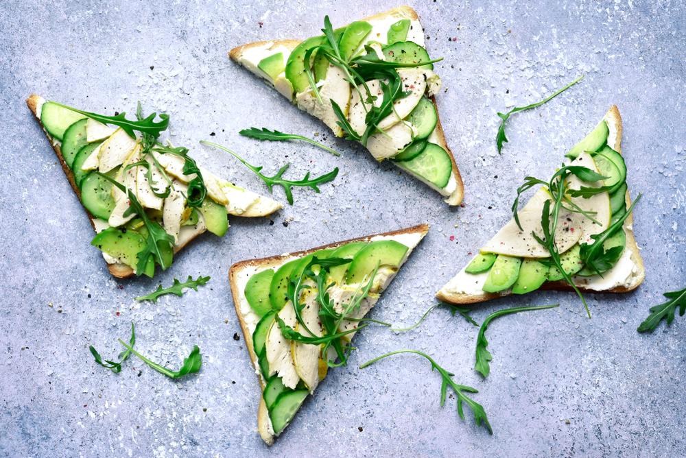 Бутерброды с огурцом и авокадо