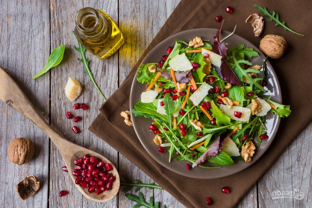 Салат с руколой и зернами граната