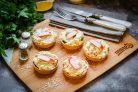 Тарталетки с авокадо и крабовыми палочками