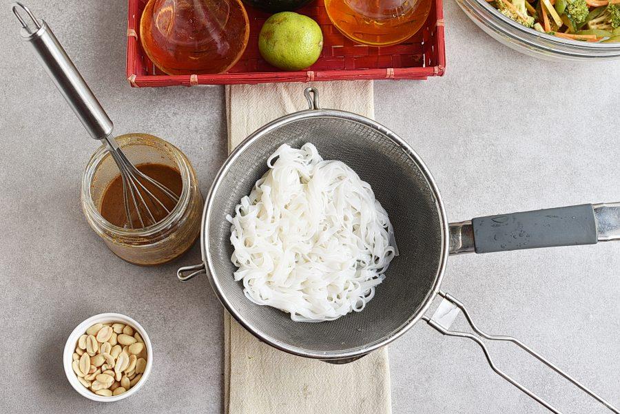 Салат с рисовой лапшой и овощами