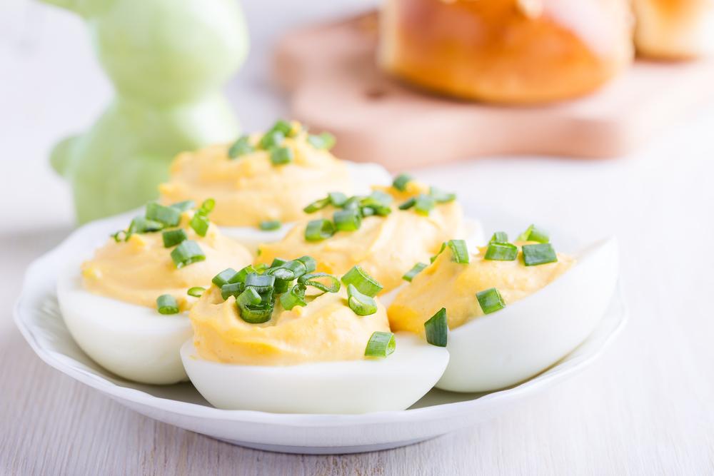 Вареные яйца с майонезом и зеленым луком