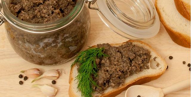 Продукты: грибы, репчатый лук, красный болгарский перец, зеленые томаты, морковь, подсолнечное рафинированное масло, лавровый лист, перец, уксус и соль.
