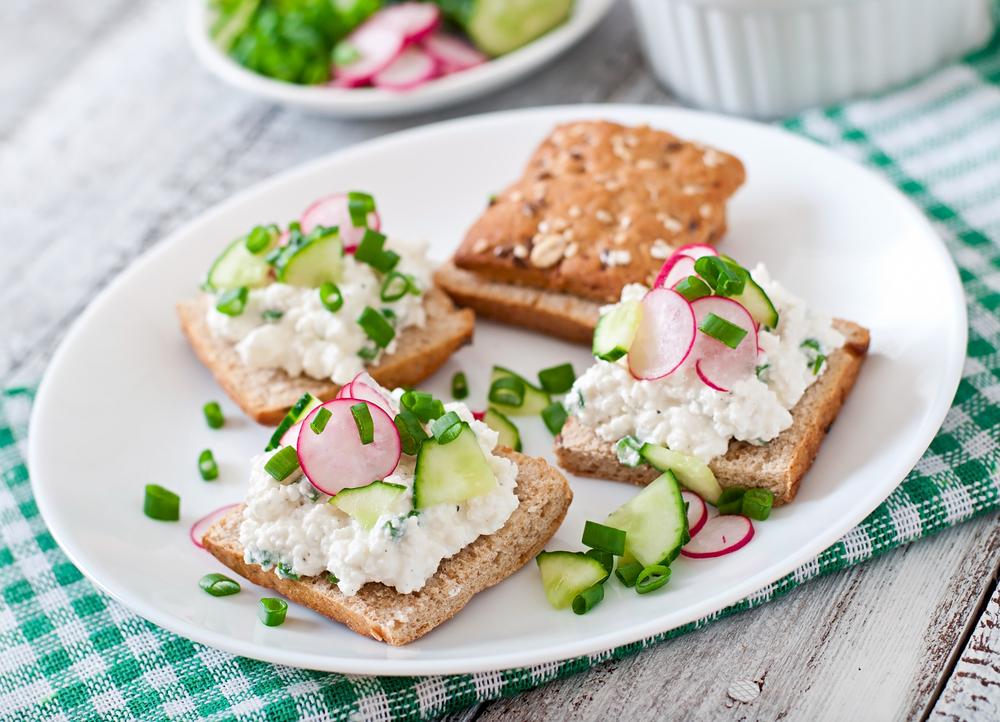 Сэндвич с творогом, редиской, огурцом и луком
