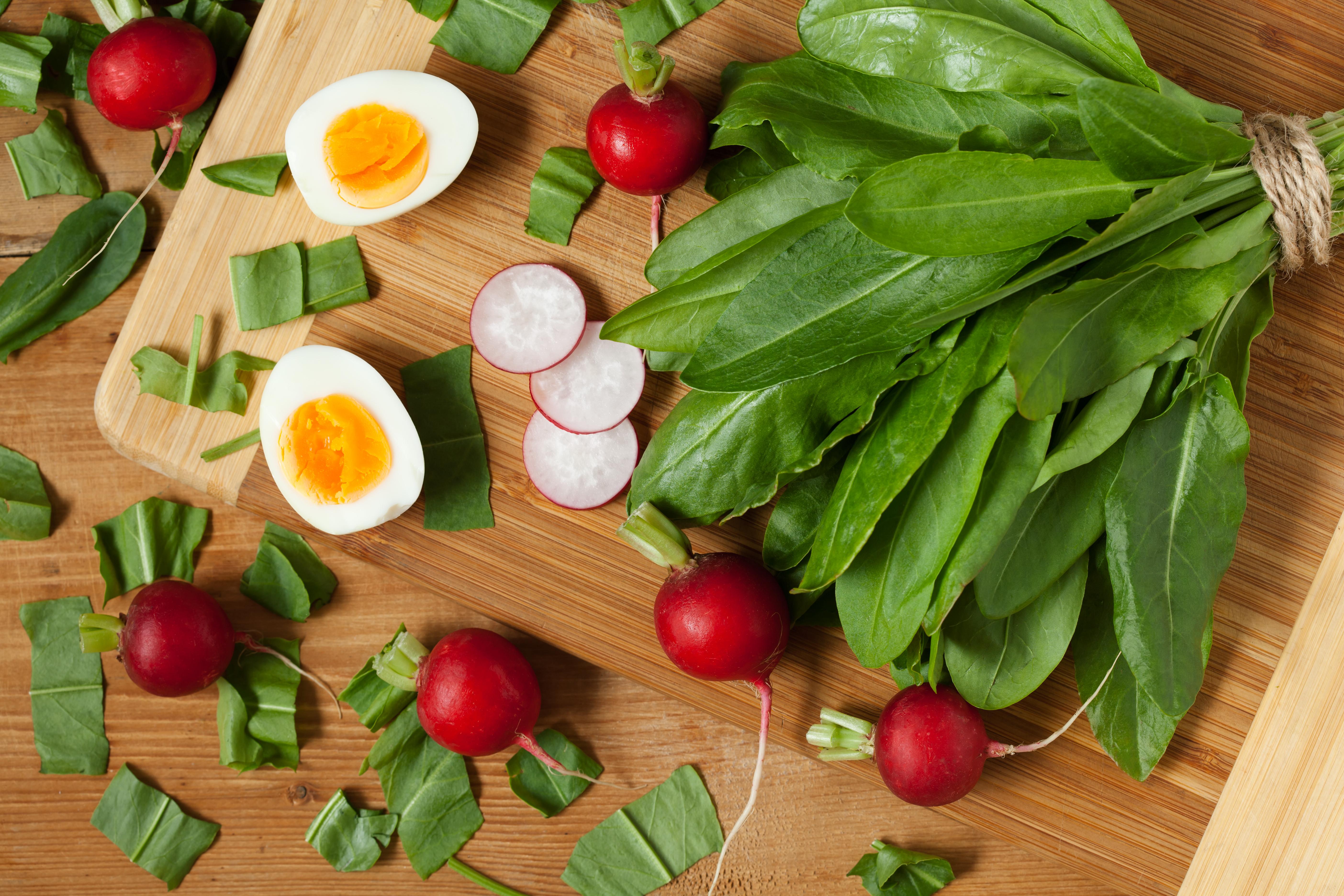 Редиска, щавель и яйца для салата