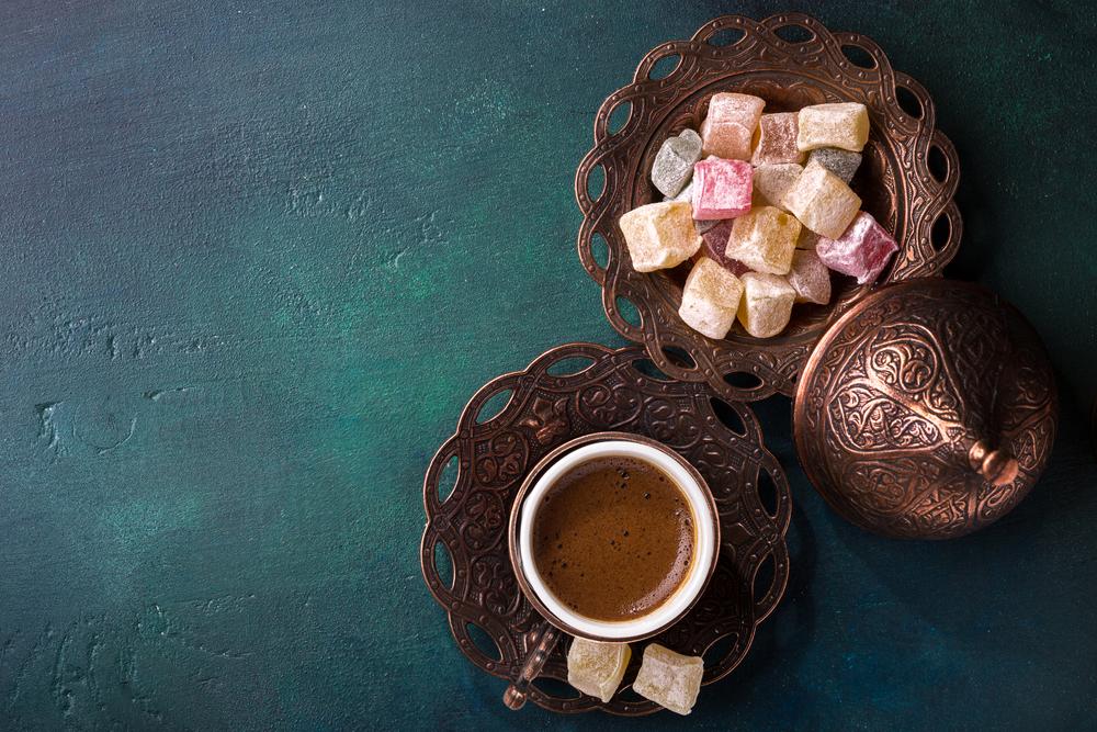 Настоящий кофе с восточными сладостями