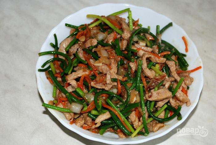 Стрелки чеснока со свининой по-китайски