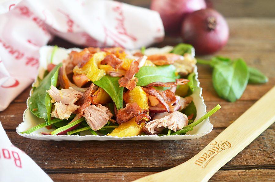 Салат с уткой, беконом, яблоками и апельсинами