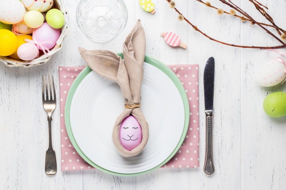 Салфетка с яйцом в виде зайчика на Пасху