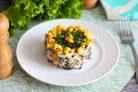 Салат с морепродуктами и кукурузой