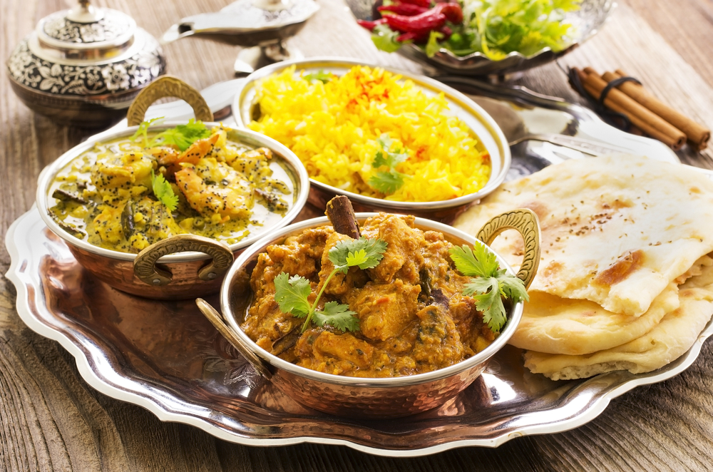 Индийские блюда из морепродуктов, мяса и риса, хлебная лепешка
