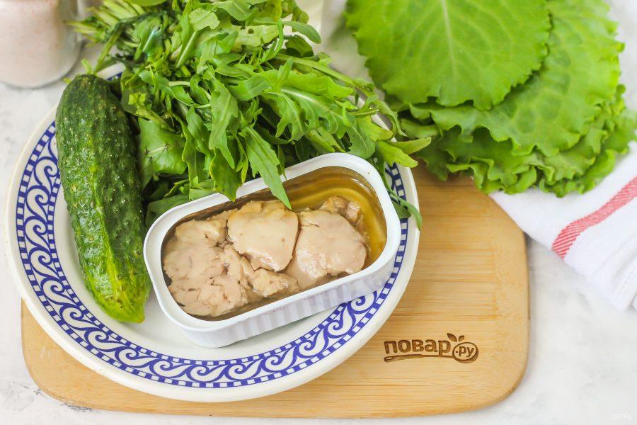 Салат с печенью трески и рукколой