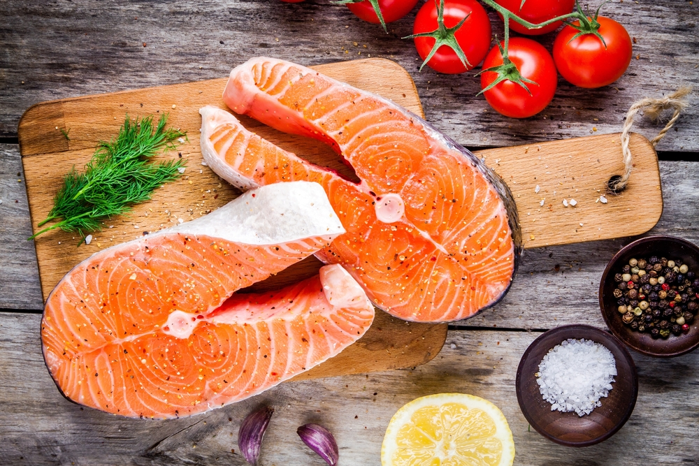 Куски красной рыбы для салата