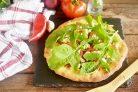 Пицца с сыром из козьего молока и рукколой