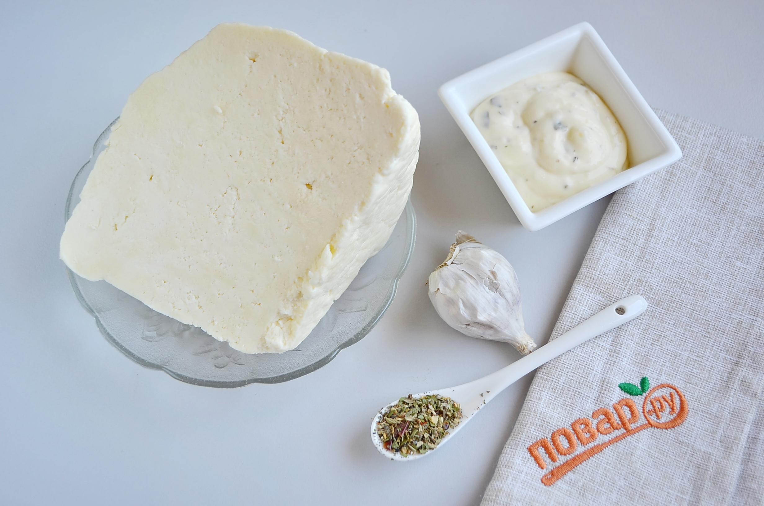 Сыр на мангале, шаг 1: подготовьте брынзу, специи