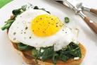 Бутерброды с яичницей, шпинатом и сыром
