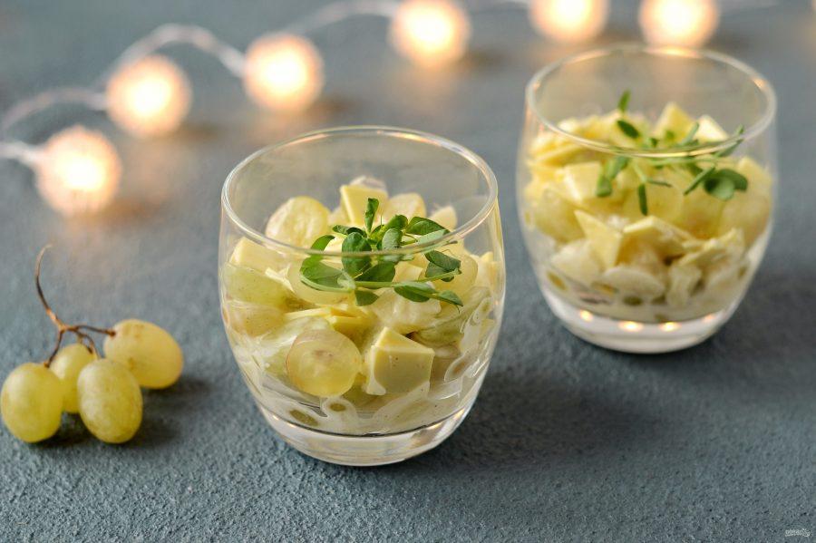 Салат с сыром, ананасом и виноградом