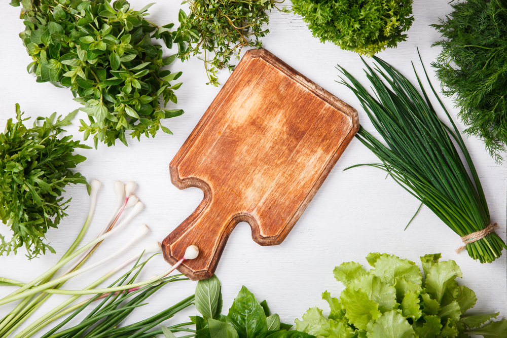 Свежая зелень: петрушка, лук, салат, укроп, чабрец