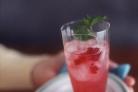 Алкогольный коктейль из малины с травами