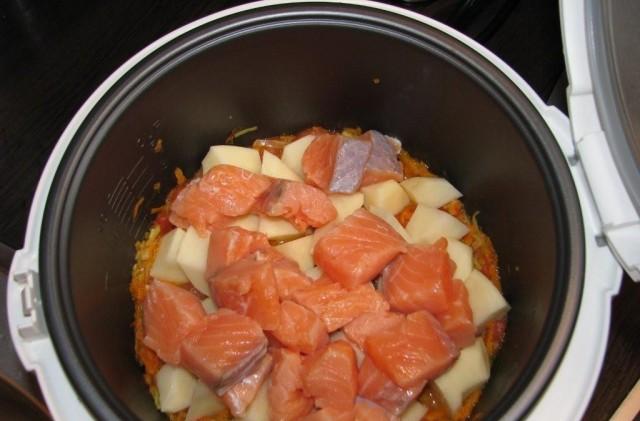 В контейнер для приготовления аккуратно выложить семгу и нарезанные овощи