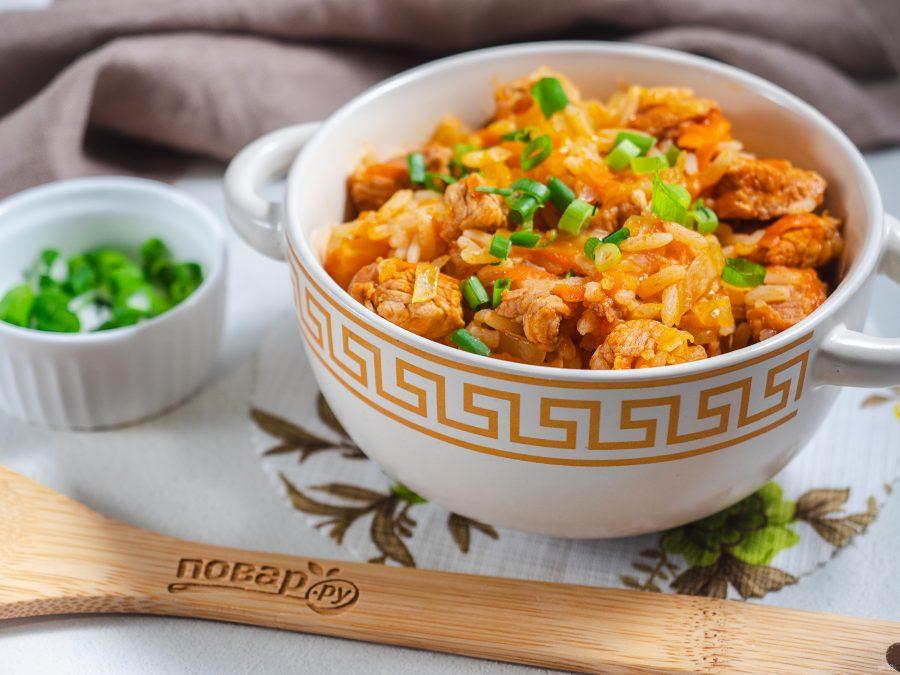 Мясо с рисом и капустой в сковороде