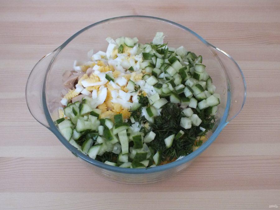 Простой салат из консервированных кальмаров