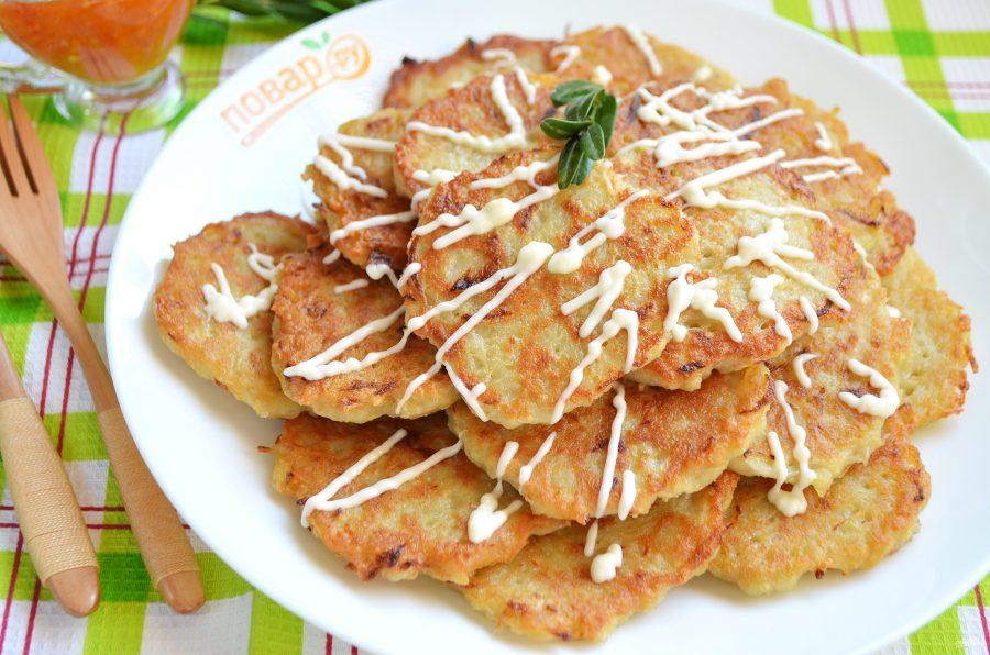Картофельные оладьи с курицей и грибами