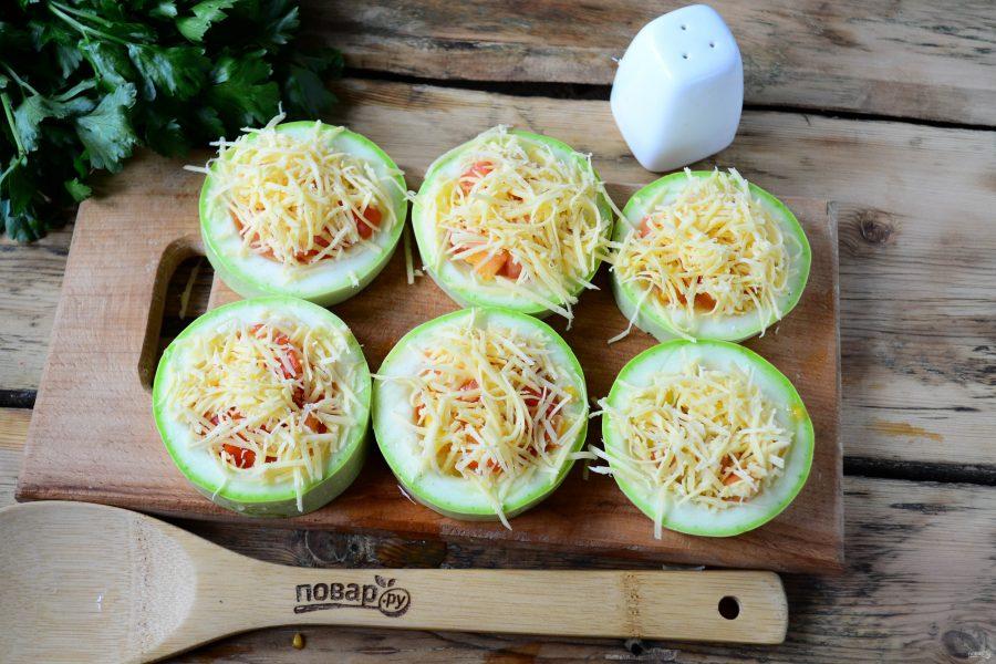 Кабачки, фаршированные помидорами и сыром