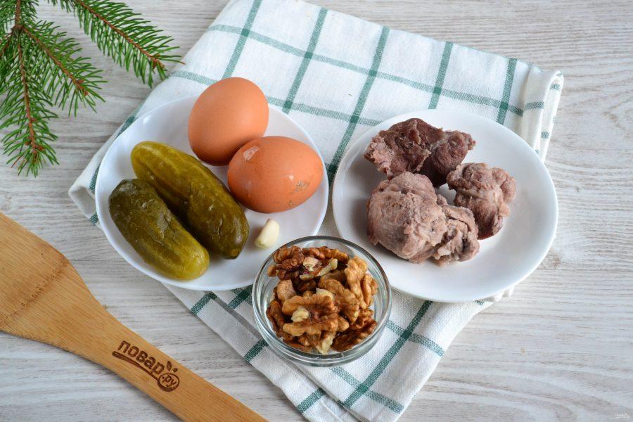 Мясной салат с орехами
