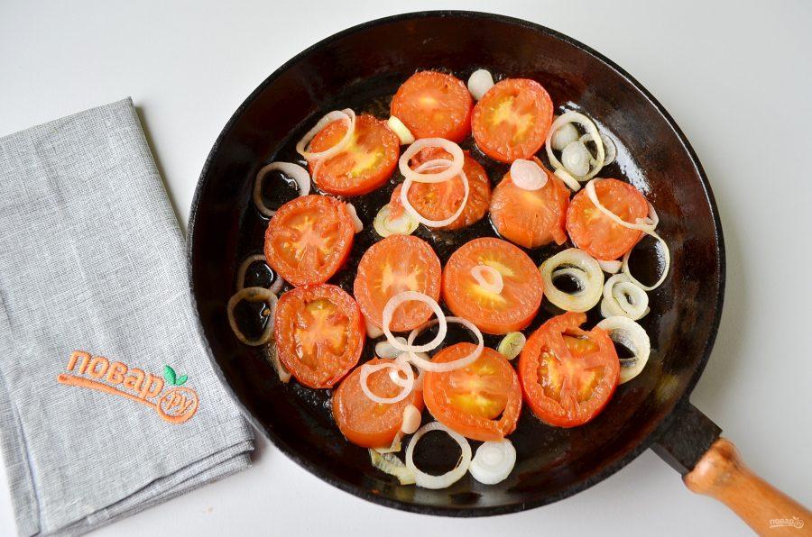 Яичница с помидорами и базиликом