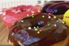 Американские пончики, покрытые шоколадом