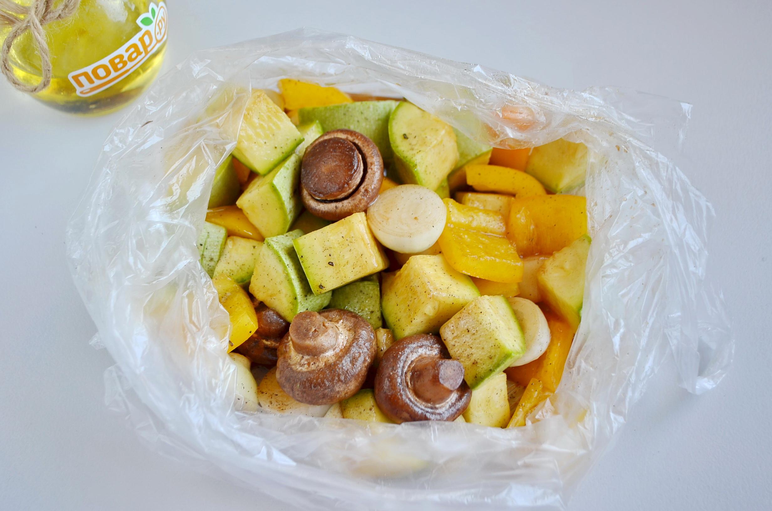 Овощи на гриле, шаг 3: маринуем овощи в пакете
