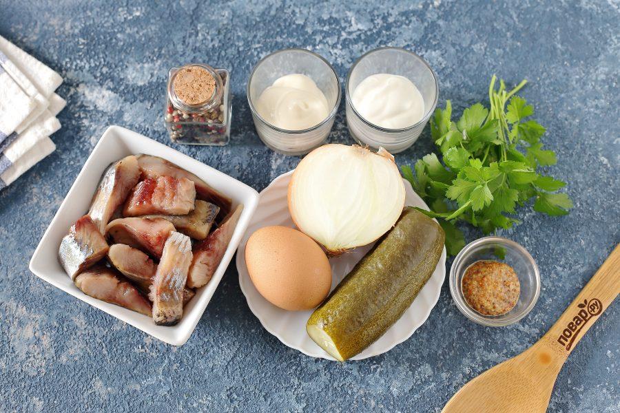 Салат с селедкой и маринованными огурцами