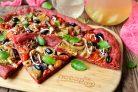 Пицца из свекольного теста с овощами и грибами