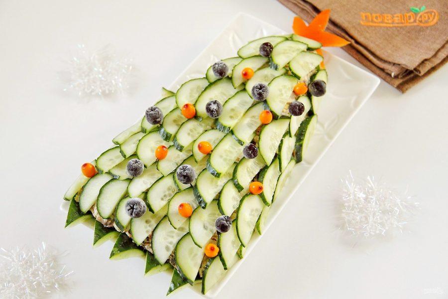 """Новогодний салат """"Елочка"""" с курицей, грибами и яичными блинчиками"""