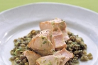 Запеченный лосось с чечевицей и луком