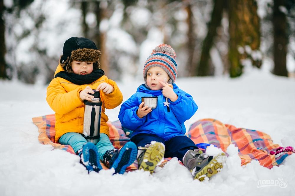 Дети пьют чай из термоса
