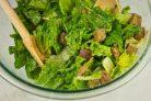 Салат а-ля Цезарь в большой тарелке