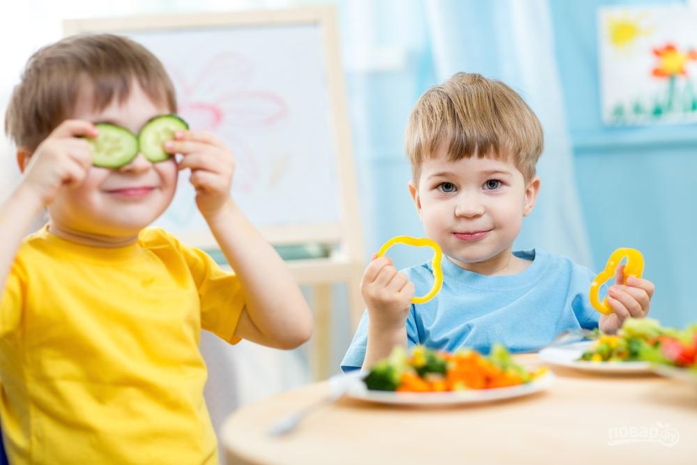 Дети едят овощной салат